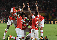 BOGOTÁ - COLOMBIA, 09-12-2017: Jugadores de Santa Fe celebran después de anotar gol al Tolima durante el encuentro entre Independiente Santa Fe y Deportes Tolima por la semifinal vuelta de la Liga Aguila II 2017 jugado en el estadio Nemesio Camacho El Campin de la ciudad de Bogotá. / Players of Santa Fe celebrate after scoring a goal to Tolima during match between Independiente Santa Fe and Deportes Tolima for the second leg semifinal of the Aguila League II 2017 played at the Nemesio Camacho El Campin Stadium in Bogota city. Photo: VizzorImage/ Gabriel Aponte / Staff