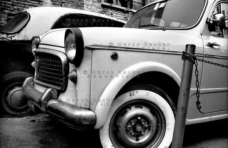 Milano, quartiere Isola. Vecchie automobili rotte da un meccanico --- Milan, Isola district. Old broken cars at a mechanic