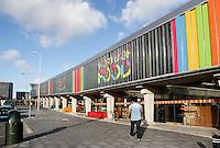 Nederland  Amsterdam 2016 01 28 .  World of Food in de Bijlmer. In de oude parkeergarage Develstein in Zuidoost is een foodcourt gerealiseerd met een line up van ruim 25 ondernemende smaakmakers met international streetfood gerechten.