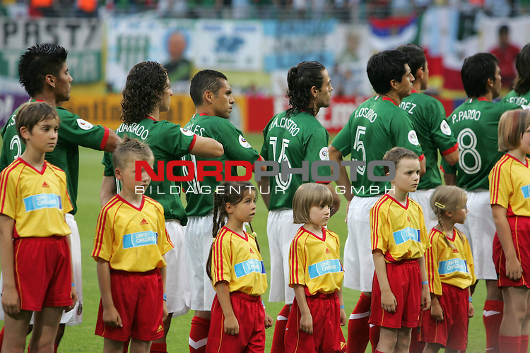 FIFA WM 2006 - Round Of Sixteen / Achtelfinale<br /> Play #50 (24-Jun) - Argentina vs Mexico.<br /> Carlos Salcido, Andres Guardado, Ramon Morales, Jose Antonio Castro, Ricardo Osorio, Mario Mendez and Pavel Pardo (l-r) from Mexico prior to the match of the World Cup in Leipzig singing the national anthem.<br /> Foto &copy; nordphoto