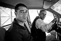 L'homme le plus jeune est un ancien routier, il allait et venait entre l'Irak et la Turquie. Il a arrêté car il ne gagnait pas assez. Son frère a été tué dans la guérilla. Il travaille maintenant pour Petrus, l'homme au volant. Il est ouvrier et travailleur agricole. Petrus vit en France depuis trente ans. Il est chaldéen, réfugié politique. Les Chrétiens chaldéens de la région de Silopi ont fuit les massacres en 1991 pour se réfugier à 80% en France, à Sarcelle, en banlieue parisienne. Il se bat depuis les années soixante pour les droits de sa communauté. Il y a quelques années il est revenu à Silopi pour entreprendre un long combat: reconstruire son village.<br /> <br /> The younger man was a truck driver, he went back and forth between Iraq and Turkey. He stopped because he did not made a living. His brother was killed in the guerrilla. He now works for Petrus, the man at the wheel. He is a worker and farm worker. Petrus lived in France for thirty years. It is Chaldean, political réfigié. The Chaldeans Christians in the region of Silopi fled the massacres in 1991 and took refuge in France to 80% in Sarcelle, near Paris. He fights since the sixties for the rights of his community. A few years ago he returned to Silopi to undertake a long struggle: to rebuild the village.