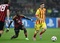 FUSSBALL  CHAMPIONS LEAGUE   SAISON 2013/2014   Vorrunde     AC Mailand - FC Barcelona       22.10.2013 Lionel Messi (re, Barca) gegen Sulley Ali Muntari (AC Mailand)