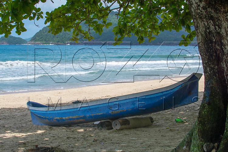 Barco de pescador da Praia do Sono, Paraty - RJ, 01/2016.