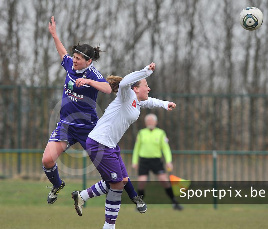 RSC Anderlecht Dames - Beerschot : kopduel tussen Annelies Van Loock en Lucinda Michez (rechts).foto DAVID CATRY / Vrouwenteam.be