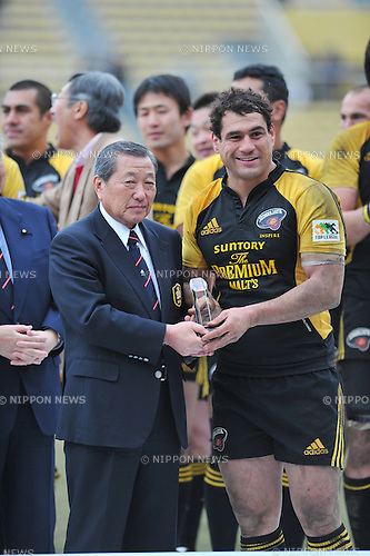 (L to R)  Noboru Mashita Japan Rugby Football Union Chairman,  George Smith (Sungoliath),.FEBRUARY 26, 2012 - Rugby : Japan Rugby Top League 2011-2012,Play Off Tournament Final .match between Suntory Sungoliath 47-28 Panasonic Wild Knights at Chichibunomiya Rugby Stadium, Tokyo, Japan. (Photo by Jun Tsukida/AFLO SPORT) [0003] .