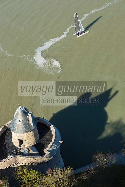 France, Manche (50), Baie du Mont-Saint-Michel, classée Patrimoine Mondial de l'UNESCO, le Mont-Saint-Michel, la tour Gabriel  et l' ombre portée de l'abbaye sur l'estran  // France, Manche, Bay of Mont Saint Michel, listed as World Heritage by UNESCO, Mont Saint Michel, Gabriel tower and the shadow of the Abbey on the foreshore