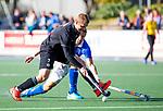 UTRECHT - Ashley Jackson (HGC) met Bjorn Kellerman (Kampong)  tijdens de hoofdklasse  hockeywedstrijd heren, Kampong-HGC (3-3) . COPYRIGHT KOEN SUYK