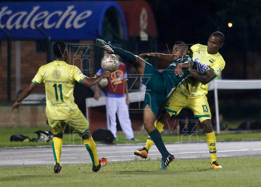 FLORIDABLANCA - COLOMBIA - 22 - 05 - 2016: Jair Palacios (Der.) jugador de Atletico Bucaramanga disputa el balón con Andres Murillo (Izq.) jugador de La Equidad, durante partido entre Atletico Bucaramanga y La Equidad, por la fecha 19 de la Liga Aguila I-2016, jugado en el estadio Alvaro Gomez Hurtado de la ciudad de Floridablanca. / Jair Palacios (R) player of Atletico Bucaramanga vies for the ball with Andres Murillo (L) player of La Equidad, during a match between Atletico Bucaramanga and La Equidad, for the date 19 of the Liga Aguila I-2016 at the Alvaro Gomez Hurtado Stadium in Floridablanca city Photo: VizzorImage  / Duncan Bustamante / Cont.