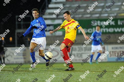 2013-03-23 / Voetbal / seizoen 2012-2013 / Oosterzonen - Vosselaar / Ken thys (r. Oosterzonen) met Tim Gorris ..Foto: Mpics.be