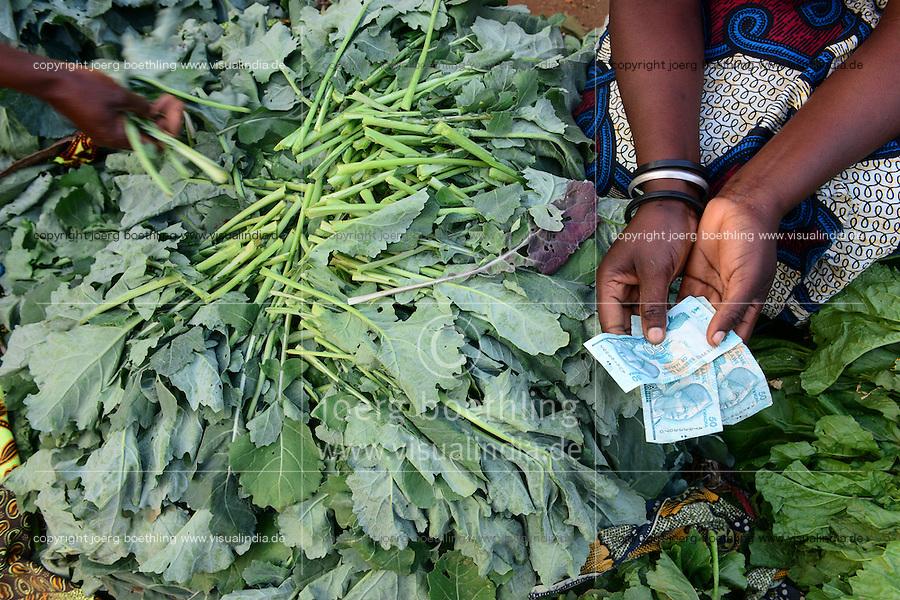 MALAWI, Thyolo, women sell vegetables on market in Bvumbwe / MALAWI, Thyolo, Frauen verkaufen Gemüse auf dem Markt in Bvumbwe