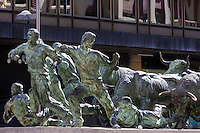 Espagne, Navarre, Pampelune, monument à El Encierro, la célèbre course de taureaux, Ernest Hemingway y assista la première fois en 1923 // Spain, Navarra, Pamplona, monument to El Encierro, the famous bull run, Hemingway was here for the first time in 1923