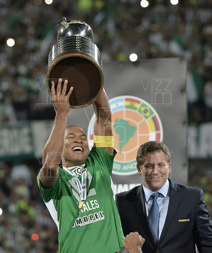 MEDELLÍN -COLOMBIA-27-07-2016. Alexis Henriquez capitán de Atlético Nacional de Colombia levanta el trofeo que los acredita como campeones de la Copa Bridgestone Libertadores 2016 después de derrotar a Independiente del Valle de Ecuador durante partido de vuelta por la final jugado en el estadio Atanasio Girardot de la ciudad de Medellín. / Alexis Henriquez captain of Atletico Nacional of Colombia lifts the trophy certifying them as champions of the Copa Bridgestone Libertadores 2016 after defeated to Independiente del Valle de Ecuador in second leg match for the final played at Atanasio Girardot stadium in Medellin city. Photo: VizzorImage/ Alejandro Rosales