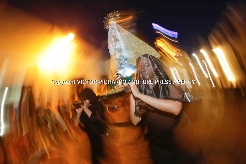 Quer&eacute;taro, Qro. 25 de marzo 2016. Como cada Viernes Santo, esta tarde cientos de queretanos participaron en la Procesi&oacute;n del Silencio, la cual cumple hoy cincuenta a&ntilde;os de tradici&oacute;n. El recorrido inici&oacute; desde el atrio del templo de la Cruz.<br /> Foto: Victor Pichardo / Obture Press Agency