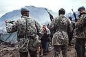 Irak 1991.Les soldats turques face aux réfugiés kurdes à la frontière.Iraq 1991.Turkish army and Kurdish refugees on the border.. . .