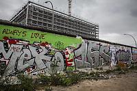 Berlino, la parte rimanente del muro ospita nel 2016 una mostra sulla guerra e la distruzione delle città in Siria , in particolare di Kobane. The east wall, the remaining part of the old Berlin wall, with an exhibit of pictures related to te Syria war and the Kobane distruction.