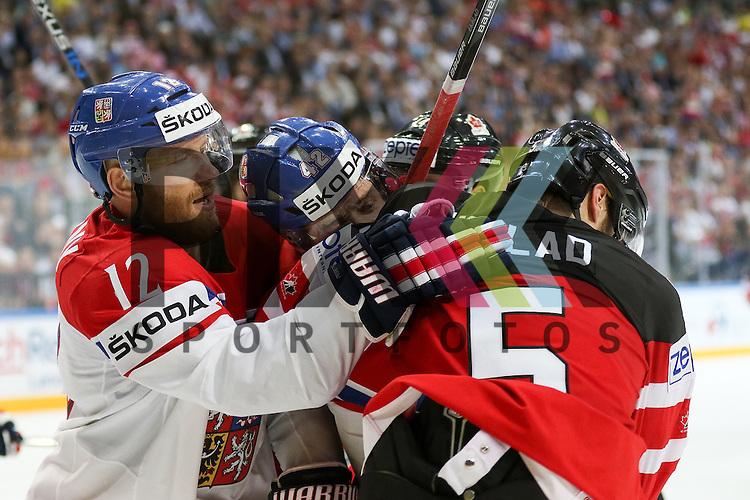 Tschechiens Novotny, Jiri (Nr.12)(Lokomotiv Yaroslavi) im Faustkampf gegen Canadas Ekblad, Aaron (Nr.5)  im Spiel IIHF WC15 Canada vs. Czech Republic.<br /> <br /> Foto &copy; P-I-X.org *** Foto ist honorarpflichtig! *** Auf Anfrage in hoeherer Qualitaet/Aufloesung. Belegexemplar erbeten. Veroeffentlichung ausschliesslich fuer journalistisch-publizistische Zwecke. For editorial use only.
