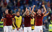 Calcio, Serie A: Roma vs Lazio. Roma, stadio Olimpico, 8 novembre 2015.<br /> Roma's Alessandro Florenzi, right, and his teammates celebrate at the end of the Italian Serie A football match between Roma and Lazio at Rome's Olympic stadium, 8 November 2015. Roma won 2-0.<br /> UPDATE IMAGES PRESS/Riccardo De Luca