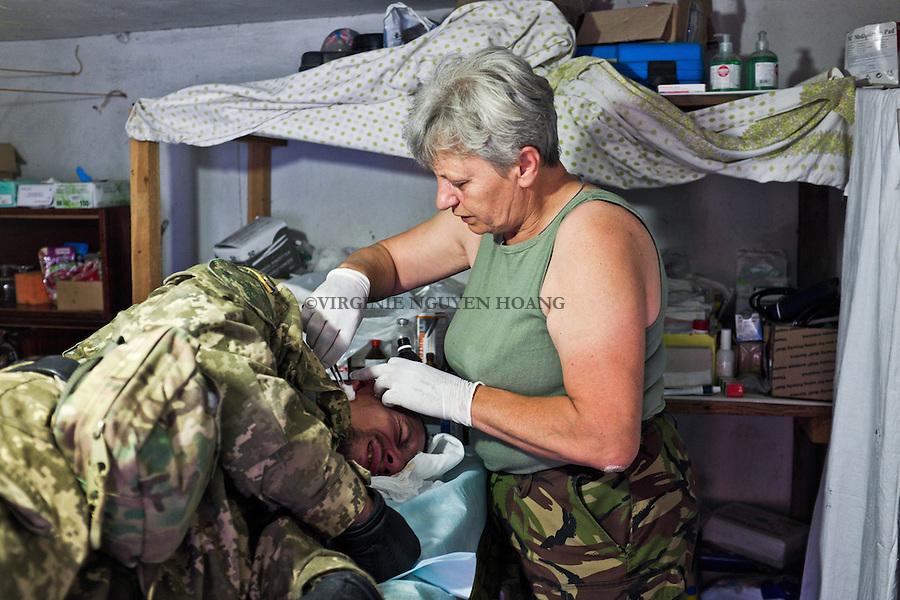 UKRAINE, Pisky: Mama is taking care of a soldier that has a ear infection. <br /> <br /> UKRAINE, Pisky: Mama prend soin d'un soldat qui a une infection de l'oreille.