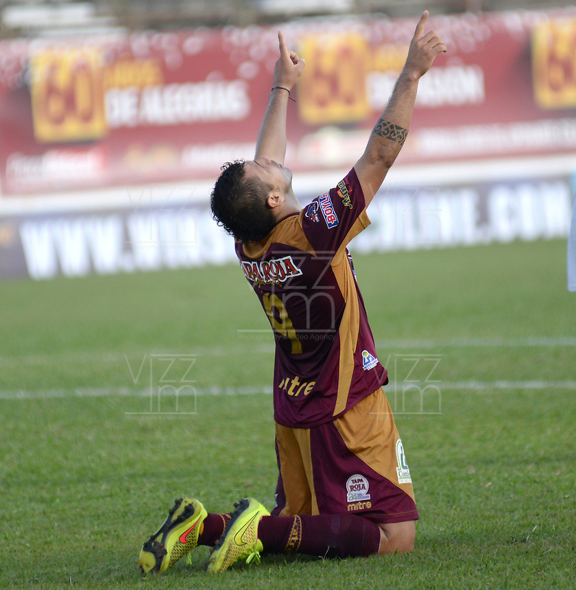 IBAGUE -COLOMBIA, 31-ENERO-2015. Robin Ramirez del Deportes Tolima celebra su gol  contra el  Chico F.C durante la primera fecha de La Liga Aguila jugado en el estadio Manuel Murillo Toro de la ciudad de Ibague. /  Robin Ramirez  of Deportes Tolima celebrates his goal  against   of Chico F.C.  during the first round of La Liga Aguila played at Manuel Murillo Toro   stadium in Ibague city. Photo / VizzorImage / Juan Carlos Escobar / Stringer