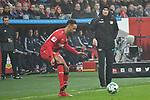 12.01.2018, BayArena, Leverkusen , GER, 1.FBL., Bayer 04 Leverkusen vs. FC Bayern M&uuml;nchen<br /> im Bild / picture shows: <br /> Heiko Herrlich Trainer (Bayer Leverkusen), zeigt auf den Ball li Karim Bellarabi (Leverkusen #38), <br /> <br /> <br /> Foto &copy; nordphoto / Meuter
