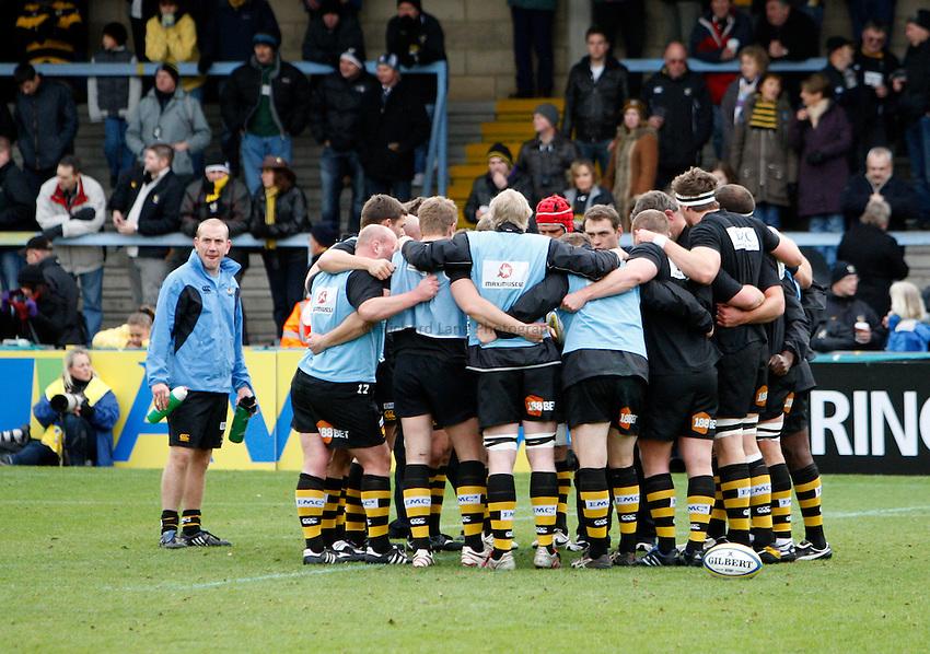 Photo: Richard Lane/Richard Lane Photography.London Wasps v London Irish. Aviva Premiership. 21/11/2010. Wasps huddle.
