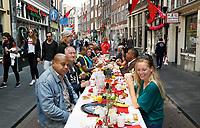 Nederland Amsterdam - 2017.   Hartjesdag op de Zeedijk in Amsterdam. Mannen zijn verkleed als vrouwen en omgekeerd. Voorafgaand aan het evenement is er rond 11 uur een brunch voor alle bewoners en winkeliers van de Zeedijk .   Foto Berlinda van Dam / Hollandse Hoogte
