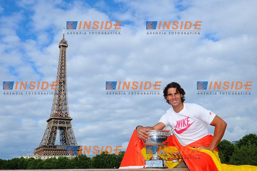 Rafael Nadal Vincitore del Torneo in posa sotto la tour eiffel.Parigi 11/6/2012 Roland Garros.Tennis Grande Slam Finale .Foto Insidefoto / Couvercelle / Tennismag / Panoramic .ITALY ONLY