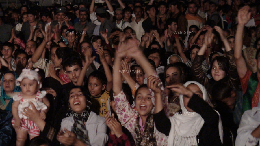AFGHANISTAN - MAZAR-E CHARIF - 7 aout 2009 : Concert gratuit du chanteur afghano-americain, Farhad Darya, dans le stade de Mazar-e Charif. .Public, principalement feminin, en liesse. ..AFGHANISTAN - MAZAR-E CHARIF - August 7th, 2009 : Afghan-American singer Farhad Darya's free concert at the Mazar-e Charif stadium. .A predominantly female crowd cheers.