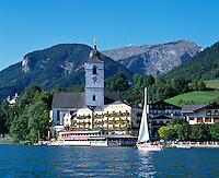 Austria, Upper Austria, Salzkammergut, St. Wolfgang at Lake Wolfgang with pilgrimage church St.Wolfgang and Weisses Roessl, Schafberg mountain (1.783 m)