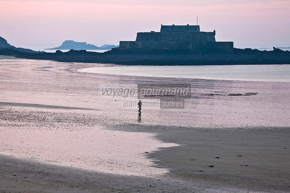 Europe/France/Bretagne/35/Ille-et-Vilaine/St Malo: Lumière du soir sur la plage du sillon et l' île du Fort National: Le Fort National est un Fort Vauban situé sur une île de Saint-Malo