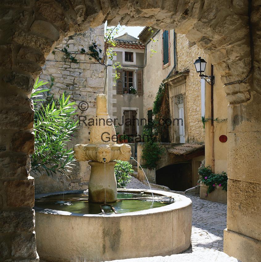 France, Côte d'Azur, Seguret: Fountain Through Arch | Frankreich, Côte d'Azur, Seguret: Brunnen und Torbogen