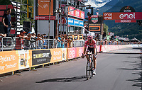 Maglia Rosa Tom Dumoulin (NED/Sunweb) losing more than 2 minutes after his rivals kept going after he desperatly needed to stop along the way for a ('nr2') nature break in the queen stage over the Passo dello Stelvio (alt: 2758m)<br /> <br /> Stage 16: Rovett &rsaquo; Bormio (222km)<br /> 100th Giro d'Italia 2017