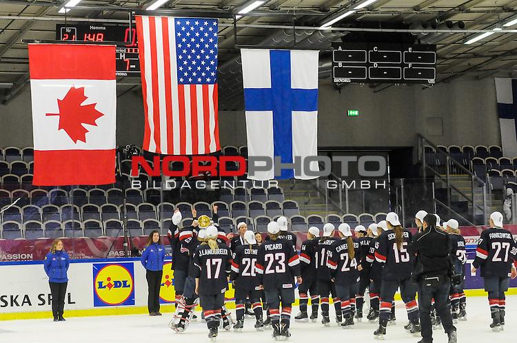 04.04.2015, Malm&ouml; Ishall, Malm&ouml; , SWE, IIHF Eishockey Frauen WM 2015, USA vs Canada (CAN), im Bild, Finale, Team USA gewinnt die Frauen Eishockey WM in Malm&ouml;, US Team macht Selfies  mit Flaggen<br /> <br /> ***** Attention nur f&uuml;r redaktionelle Berichterstattung *****<br /> <br /> Foto &copy; nordphoto / Hafner