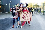 Huddinge 2015-09-20 Ishockey Division 1 Huddinge Hockey - S&ouml;dert&auml;lje SK :  <br /> Unga S&ouml;dert&auml;ljesupportrar utanf&ouml;r Bj&ouml;rk&auml;ngshallen inf&ouml;r matchen mellan Huddinge Hockey och S&ouml;dert&auml;lje SK <br /> (Foto: Kenta J&ouml;nsson) Nyckelord:  Ishockey Hockey Division 1 Hockeyettan Bj&ouml;rk&auml;ngshallen Huddinge S&ouml;dert&auml;lje SK SSK supporter fans publik supporters glad gl&auml;dje lycka leende ler le