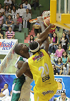 BUCARAMANGA -COLOMBIA, 13-05-2013. Jason Edwin (D) de Búcaros va por un balón perdido contra el jugador  Brian Egwuatu (I) de Águilas durante partido de la fecha 15 fase II de la  Liga DirecTV de baloncesto Profesional de Colombia realizado en el Coliseo Vicente Díaz Romero de Bucaramanga./ Jason Edwin (R) of Bucaros goes for a loose ball against Aguilas player  Brian Egwuatu (L) during match of the 15th date phase II of  DirecTV professional basketball League in at Vicente Diaz Romero coliseum in Bucaramanga. Photo:VizzorImage / Jaime Moreno / STR