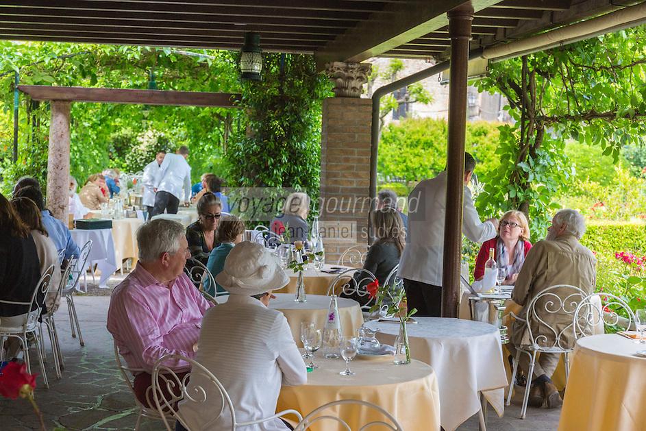 Italie, Vénétie, Venise,  Lagune de Venise, Île de Torcello:  Locanda Cipriani , Hôtel de Charme: le restaurant dans le jardin     // Italy, Veneto, Venice,  Venetian Lagoon, Torcello island:  Locanda Cipriani, Charming hôtel