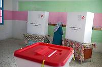 23 ottobre 2011 Tunisi, elezioni libere per l'Assemblea Costituente, le prime della Primavera araba: una donna entra nella cabina elettorale per votare.
