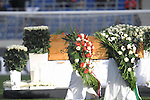 Am heutigen Sonntag (15.11.2009) nahmen die Fans und Freunde des am 10.11.2009 verstorbenen Nationaltorwartes Robert Enke ( Hannover 96 ) Abschied. In der groessten Trauerfeier nach Adenauer kamen rund 100.000 Träuergaeste zur AWD Arena. Zu den VIP zählten u.a. Altkanzler Gerhard Schroeder, Bundestrainer Joachim Loew und die aktuelle DFB Nationalmannschaft, sowie Vertreter der einzelnen Bundesligamannschaften und ehemalige Vereine, in denen er gespielt hat. Der Sarg wurde im Mittelkreis des Stadions aufgebahrt. Trauerreden hielten u.a. MIniterpräsident Christian Wulff, DFB Präsident Theo Zwanziger , Han. Präsident Martin Kind <br /> <br /> Foto: Teresa Enke nimmt kurz vor 10 Abschied von ihrem Mann, der am MIttelkreis aufgebahrt wurde. <br /> <br /> Foto: © nph ( nordphoto )