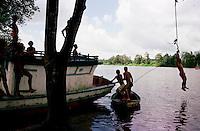 Crianças brincam no rio Caetés em Bragança-Pará-Brasil.<br />©Foto: Paulo Santos/ Interfoto<br />Original<br />Negativo Cor 135 Fc20 Nº 8410 T1 F27a