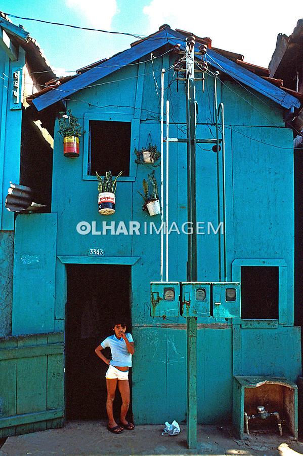 Criança na porta de casa na favela de Vila Prudente. São Paulo. 1985. Foto Juca Martins.