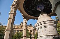 Europe/Espagne/Guipuscoa/Pays Basque/Saint-S&eacute;bastien: Jardin place de Guipuzcoa et  l'&eacute;difice du Conseil g&eacute;n&eacute;ral - Diputaci&oacute;n Foral <br /> Les b&acirc;timents remarquables de la Diputaci&oacute;n Foral de Gipuzkoa -inspir&eacute; par l'Op&eacute;ra de Paris