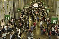 SAO PAULO,SP, 30 DEZEMBRO 2012 - MOVIMENTACAO RODOVIARIA TIETE -  Grande movimentacao  de passageiros na madrugada desse sabado para domingo no Terminal Rodoviario Tiete. Muitas pessoas que nao conseguiram embarcar por falta de passagem, acampam no proprio terminal aguardando o dia amanhecer para seguir viagem. Rodoviaria Tiete, zona norte da capital paulista, 30  - FOTO: LOLA OLIVEIRA/BRAZIL PHOTO PRESS