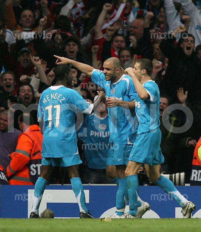 Fussball  Champions League  Saison 2006/2007   FC Arsenal London 1 -1 PSV Eindhoven JUBEL PSV nach dem Tor zum 1-1 Ausgleich von Alex (mitte) mit Timmy Simons (re) und Edison Mendez (li)