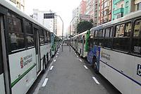 SAO PAULO, SP, 20/05/2014, GREVE ONIBUS SAO PAULO. Motorista e cobradores cruzam os bracos na ruas centrais de Sao Paulo, no final da manha dessa terca-feira (20). Na foto a fila de onibus estacionados na Av Sao Joao. LUIZ GUARNIERI/BRAZIL PHOTO PRESS. LUIZ GUARNIERI/BRAZIL PHOTO PRESS.