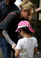 "L'attrice statunitense Julia Roberts sul set del film ""Mangia, Prega, Ama"", a Roma, 27 agosto 2009..U.S. actress Julia Roberts signs an autograph to a child during a pause of the shooting of the movie ""Eat, Pray, Love"", in downtown Rome, 27 August 2009..UPDATE IMAGES PRESS/Riccardo De Luca"