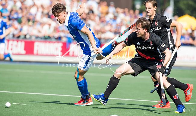 UTRECHT -  Jasper Luijkx (Kampong) met Fergus Kavanagh (A'dam)  tijdens   de finale van de play-offs om de landtitel tussen de heren van Kampong en Amsterdam (3-1). Kampong kampong kampioen van Nederland. COPYRIGHT  KOEN SUYK
