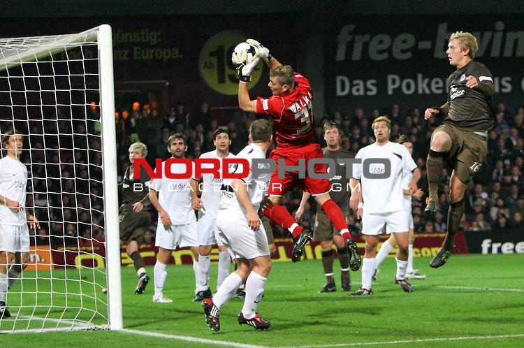2.Liga FBL 2008/2009  9. Spieltag Hinrunde<br /> FC St.Pauli &ndash; vs. SV Wehen Wiesbaden<br /> <br /> Torwart Alexander Walke (Nr.31) f&auml;ngt den Ball vor Goalgetter Marius Ebbers (Nr.16), rechts aussen.<br /> <br /> <br /> <br /> Foto &copy; nph (nordphoto)<br /> <br /> *** Local Caption ***