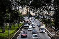 SAO PAULO, SP, 07 FEVEREIRO 2013 - TRANSITO CAPITAL PAULISTA - Transito intenso na Marginal Tiete sentido rodovia Ayrton Senna na altura na pode das Bandeiras na regiao norte da capital paulista, nesta quinta-feira, 07. (FOTO: WILLIAM VOLCOV / BRAZIL PHOTO PRESS).