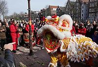 Nederland Amsterdam 2018. Chinees Nieuwjaar viering. In Amsterdam Chinatown wordt twee keer per jaar Nieuwjaar gevierd : op de eerste winkeldag na 1 januari en tijdens het officiele Chinese Nieuwjaar , dat een paar weken later plaatsvindt. Tijdens de viering van Chinees Nieuwjaar worden er leeuwendansen opgevoerd . Leeuwl op de Zeedijk. Foto Berlinda van Dam / Hollandse Hoogte