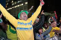 SÃO PAULO, SP - 26.06.2013: CONCENTRA SP - Torcedores comemoram o segundo gol da seleção brasileira no Vale do Anhangabaú região central de São Paulo durante o jogo da seleção brasileira pela semifinal da Copa das Confederaões. (Foto: Marcelo Brammer/Brazil Photo Press)